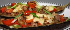 Баклажаны фаршированные мясом и овощами с сыром