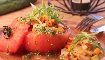 Фаршированные томаты — снова вегетарианское блюдо