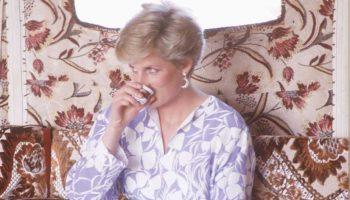 «Сделайте мне кофе! О, вы заняты? Тогда я сама»