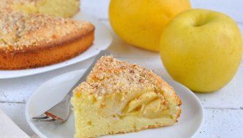 Быстрый бюджетный яблочный пирог из простых продуктов: кефир, яйца и немного масла