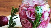 Закусочный красный лук к мясу и рыбе: режем и маринуем в банке — через сутки готово