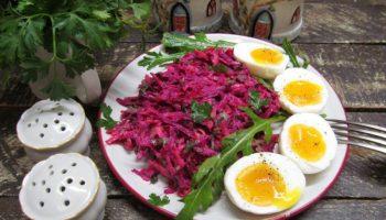Французский салат из сырой свеклы с яйцами — подаётся в ресторанах как отдельное блюдо