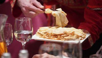 Знаменитый шеф-повар поделился рецептом идеальных блинов на Масленицу