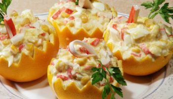 Ждете гостей? Вот рецепт обалденного крабового салатика с апельсинами