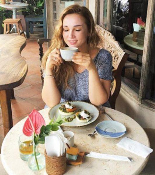 Анфиса Чехова ест грузинский хлеб-шотепури и сыр с зеленью