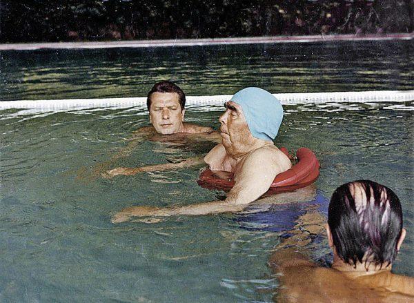 Брежнев в бассейне