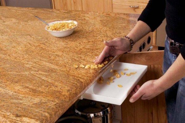 Сгребать крошки со стола