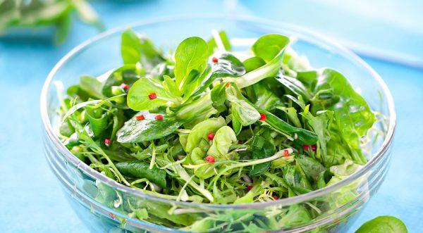Салат из зелени. Фото gastronom.ru