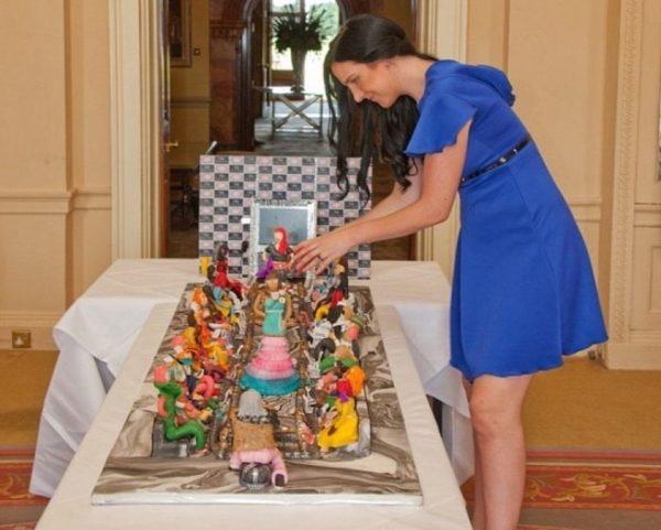 Дебби Вингхем изготовляет торт. Фото rusjev.net