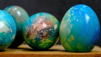 Хотите красиво и уникально покрасить пасхальные яйца? Используйте этот метод «салфетки»