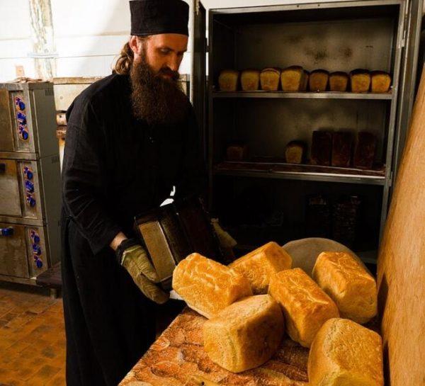 Выпечка хлеба в пекарне. Фото