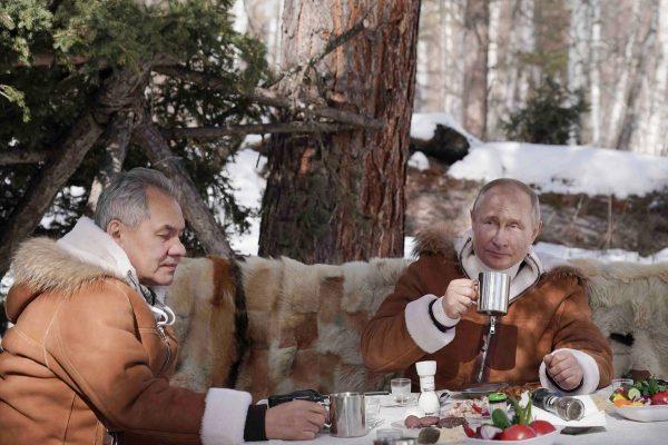 Шойгу с Путиным обедают в тайге
