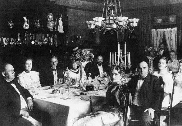 Званый обед в конце 19 века. Фото ОК