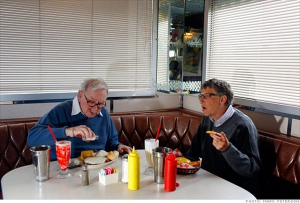 Билл Гейтс дома моет за собой посуду. Фото Фото: Mark Peterson