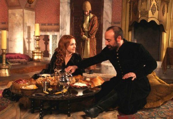 Ужин Хюррем и султана. Кадр из фильма