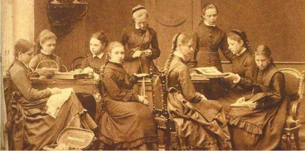 Это фото класса в Смольном, в котором училась тогда еще Елена Бурман (она стоит справа). Фото livejournal
