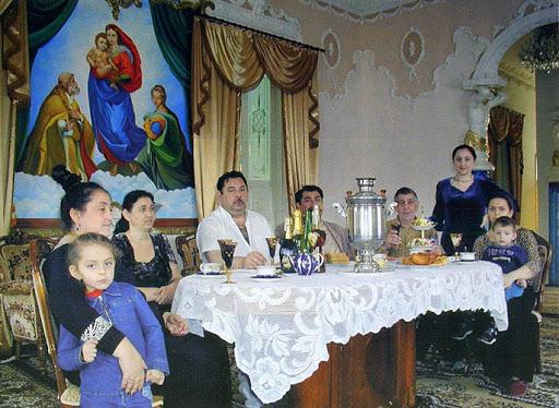 Цыганская семья среднего достатка