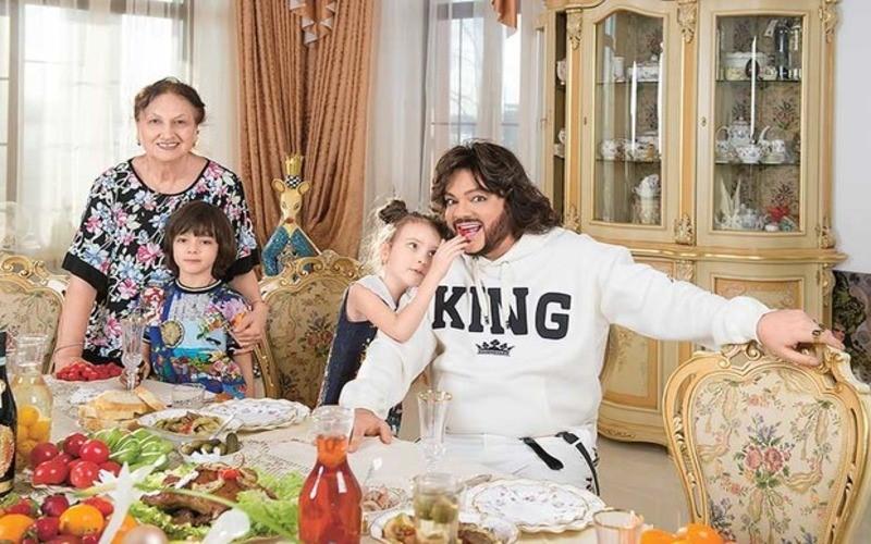 Филипп Киркоров с детьми дома за обедом