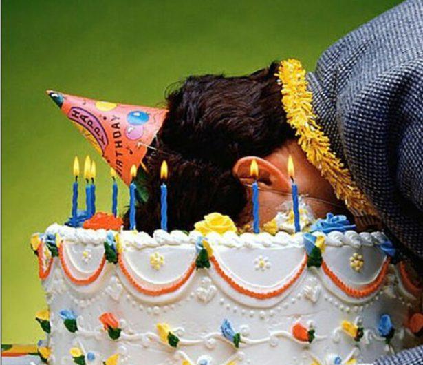 Лицом в торт. Фото из открытого доступа