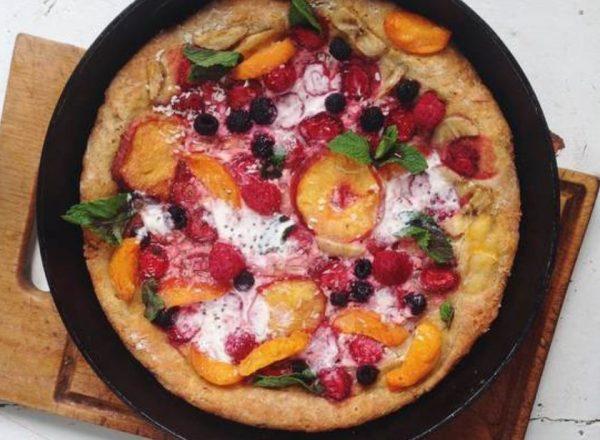 Сладкая пицца с персиком и ягодами на сковороде