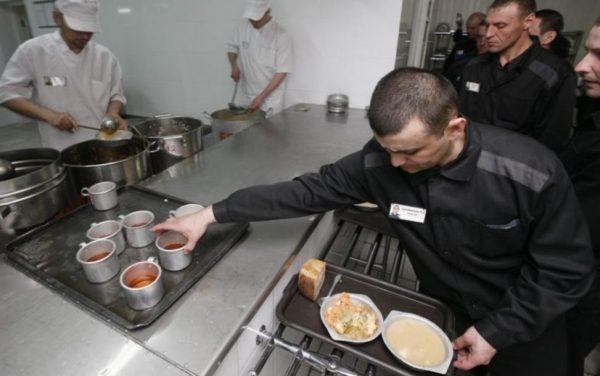 В российский тюрьмах и колониях заключенные часто сами берут еду