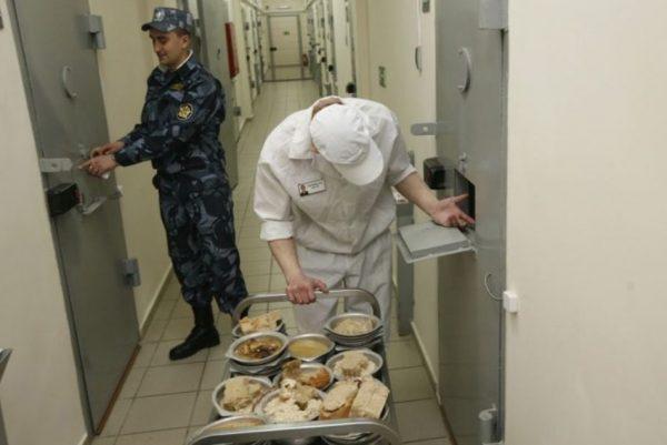 В СИЗО еду развозят по камерам дежурные заключенные под присмотром