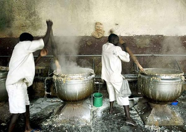 В тюрьмах Малави заключенные каждый день получают одно и тоже - густую кашу с пальмовым жиром и обрезками мяса