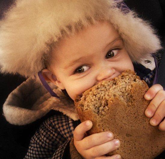 Ребенок и хлеб. Фото cccp.temadnya.com