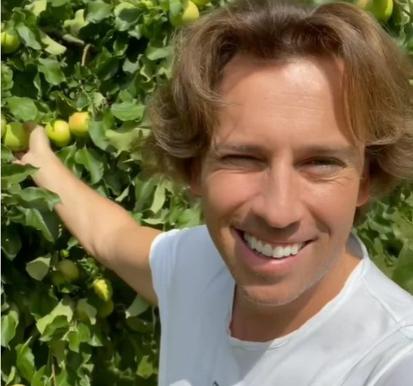 Максим Галкин показывает своим яблоки