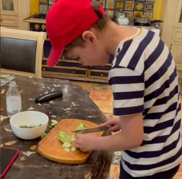 Гарри нарезает огурцы