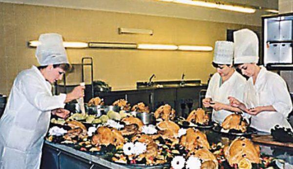 Сотрудники Особой кухни оформляют жаоеных гусей для подачи на стол. Фото из книги «Кремль. Особая кухня». Источник aif.ru