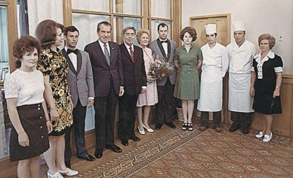 Р. Никсон и Л. Брежнев поблагодарили кремлевских поваров.Фото из книги «Кремль. Особая кухня». Фото aif.ru