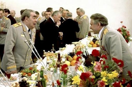 Брежнев и Щелоков на банкете. Фото ТАСС