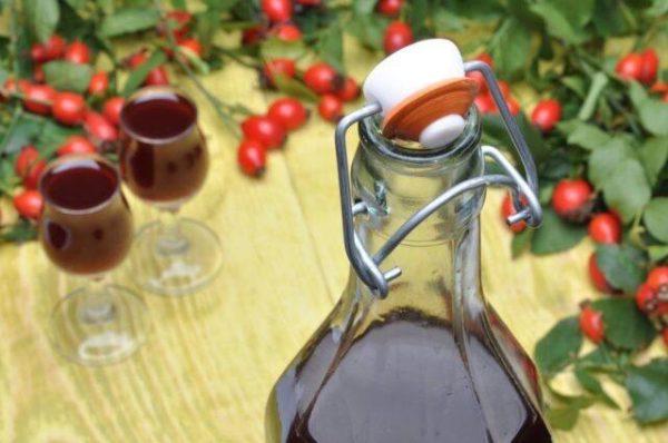 Оригинальный рецепт, как использовать прошлогодний шиповник: витаминная настойка-коньяк