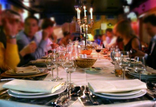 Табу при сервировке праздничного стола: черная скатерть и другие частые ошибки хозяек
